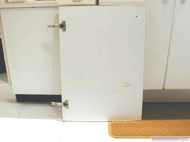 Reparacin de una puerta de armario de cocina descolgada - Puerta armario cocina ...